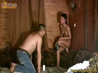 Русская порнуха с молоденькой девушкой и парнем дома в кресле, что любит дрочить киски руками