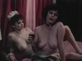 Секс-видео со зрелыми дамами и молодыми девушками на диване в гостиной комнате