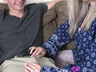 Секс молодой домоправительницы со своим молодым хозяином на диване в гостиной