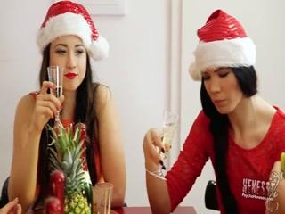 Две лесбиянки сосут член и ебутся втроем  смотреть онлайн!