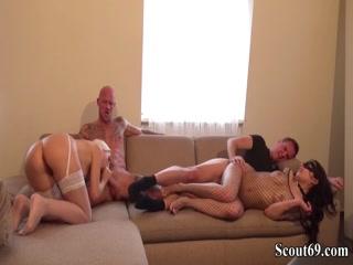 Две лесби трахаются втроем и получают оргазмы от секса со своими парнями дома на кровати