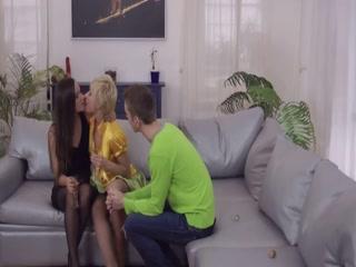 Порно видео лесбиянок, которые очень любят секс втроем дома на кровати в киску и ротик друг друга