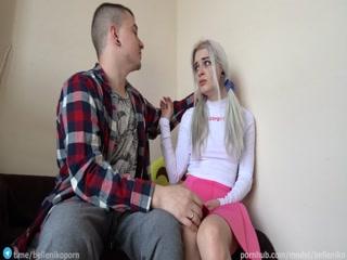 Тетя трахается с молодым парнем на диване  онлайн!