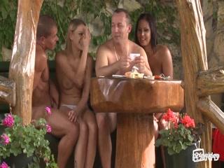 Пьяные голые девушки трахаются с двумя парнями и получают оргазм